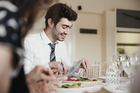 Sluit omhoog ontsproten van huwelijksgasten die terwijl het genieten van van de aanzet van hun maaltijd bij een huwelijk spreken.