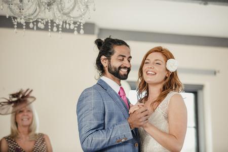 Bruid en bruidegom delen hun eerste dans op hun trouwdag.