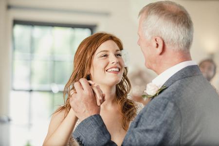 아름 다운 신부는 그녀의 결혼식 날에 그녀의 아버지와 함께 춤을 즐기고있다. 스톡 콘텐츠