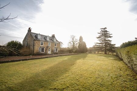 Wide angle view of the exterior of a country house in County Durham. 版權商用圖片 - 124812276