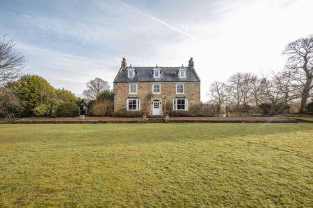 Vue grand angle de l'extérieur d'une maison de campagne dans le comté de Durham.