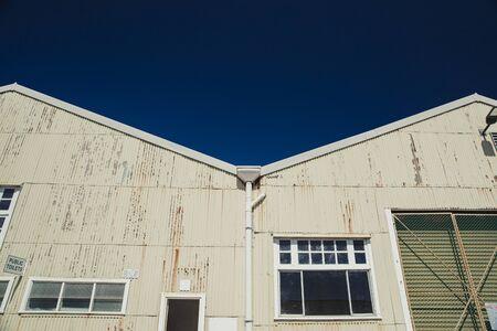 Vista de ángulo bajo de un almacén industrial de hierro corrugado en Perth, Australia.