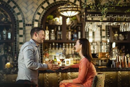 A couple having a drink together at a bar. Stockfoto