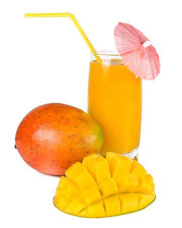 mango: Świeże, soczyste, apetyczny mango i szklankę świeżego soku ze słomy, ozdobione dekoracyjną parasol. Pojedynczo na białym tle