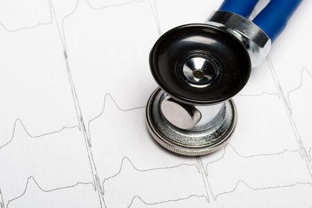 cardioid: Estetoscopio sobre el electrocardiograma gr�fico. Concepto m�dico para cardiolog�a.