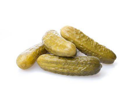 crackling: Crackling pickled gherkins on a white background