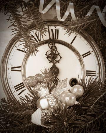 horloge ancienne: New Year's d�coration avec une horloge ancienne et une branche firtree