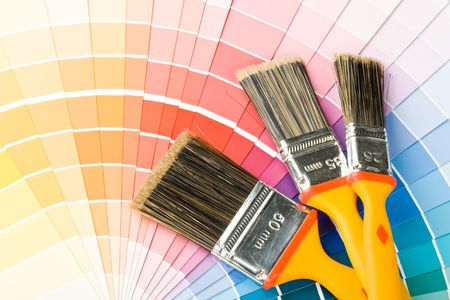 refurbishing: Brushes su uno sfondo di colore guida Archivio Fotografico
