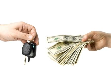 cash in hand: Mano con el dinero y las llaves del coche sobre un fondo blanco