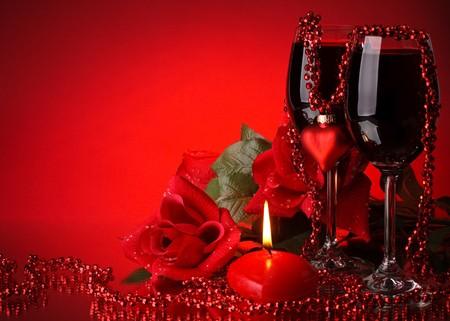 Deux verres de vin, de rose et le coeur sur fond rouge. Carte de la Saint-Valentin jours. Banque d'images - 4113615