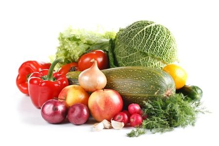 nutriments: A�n con vida hortalizas frescas sobre fondo blanco.
