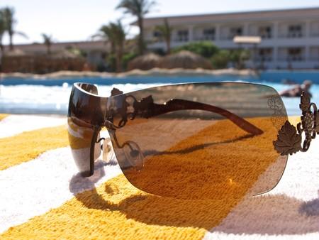 reflexion: Gafas de sol en la piscina de reflexi�n. Close up. Atenci�n selectiva.