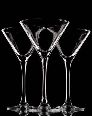 vaso vacio: Vac�o de vidrio para martini sobre un fondo negro.