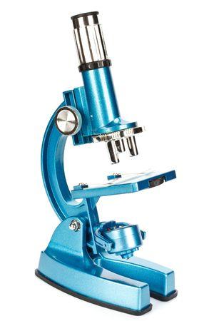microscopio: Cerca de un microscopio de color azul sobre fondo blanco