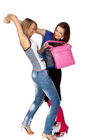 mujeres peleando: Dos niñas llevar una bolsa de unos a otros. Venta.