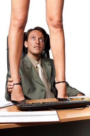 sexy woman standing: El acoso sexual. Sexy mujer de pie en el escritorio antes de que el empresario sobre un fondo blanco. Foto de archivo