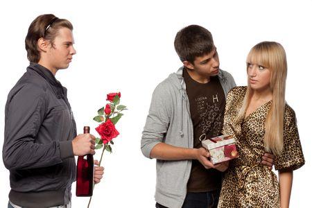 unexpectedness: Los hombres j�venes descubrir las relaciones entre s� a causa de la ni�a. Doble cita. Foto de archivo