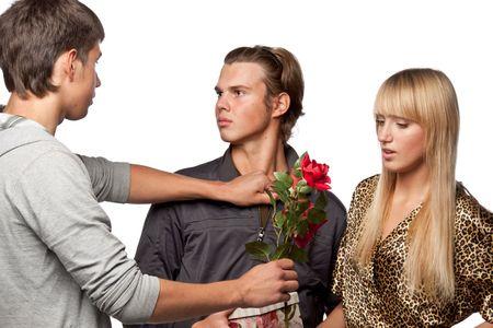 Los hombres jóvenes descubrir las relaciones entre sí a causa de la niña. Doble cita. Foto de archivo