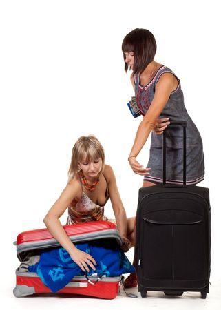Dos chicas guapas con las maletas en un fondo blanco Foto de archivo - 5619523