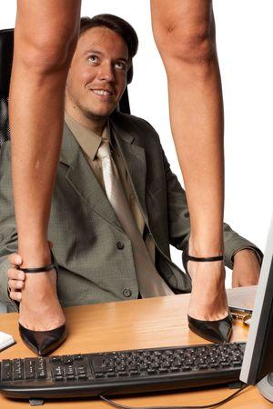 coquetear: Acoso sexual. Sexy mujer de pie en el escritorio antes de empresario sobre un fondo blanco. Foto de archivo