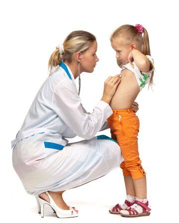 Dottoressa in esame un bambino su uno sfondo bianco. Archivio Fotografico