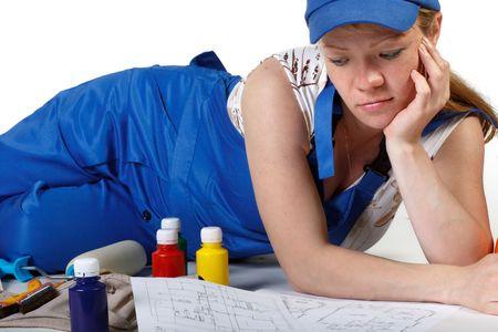 La femme enceinte, v�tue de salopettes, de travail choisit la couleur pour pi�ce pour enfants. Banque d'images - 6274880