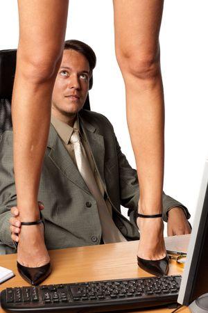 セクシュアル ・ ハラスメント。セクシーな女性実業家白い背景の上の前にデスクトップ上に立っています。 写真素材 - 6358911