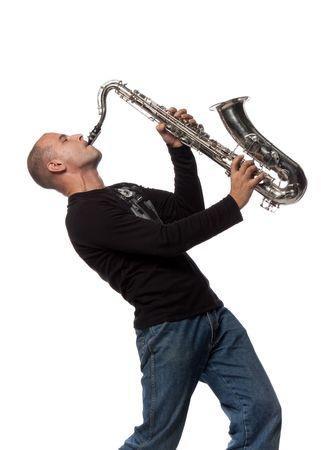 saxof�n: Hombre con saxof�n sobre un fondo blanco
