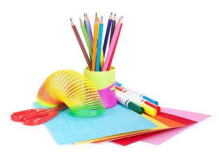 Varios accesorios de escuela a la creatividad de los niños sobre un fondo blanco. Concepto para volver a la escuela  Foto de archivo