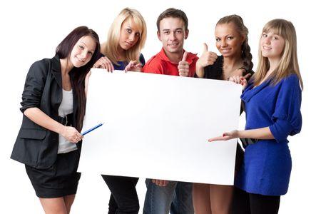 leeg bord: De groep jongeren bezit leeg bord voor de tekst op een witte achtergrond.  Stockfoto