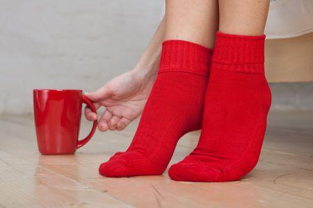 tela algodon: Piernas de mujer joven llevaba calcetines. Close up.