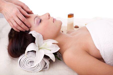 tratamiento facial: Mujer hermosa joven, recibiendo tratamiento de spa sobre un fondo blanco