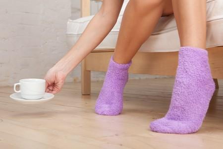calcetines: Piernas de mujer joven llevaba calcetines. Close up.
