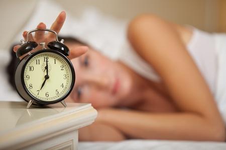woman clock: Joven mujer y alarma en el dormitorio en casa.