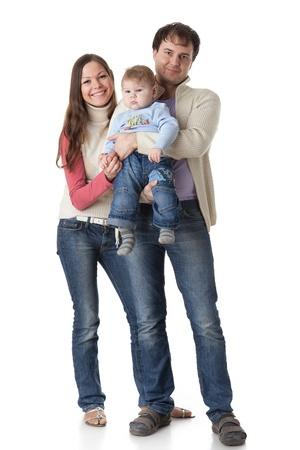 ni�o parado: Padres j�venes con su beb� dulce sobre un fondo blanco. Familia feliz.