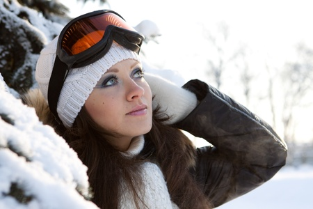 narciarz: MÅ'oda kobieta sportowa w szklanki narciarskich. Na zewnÄ…trz.