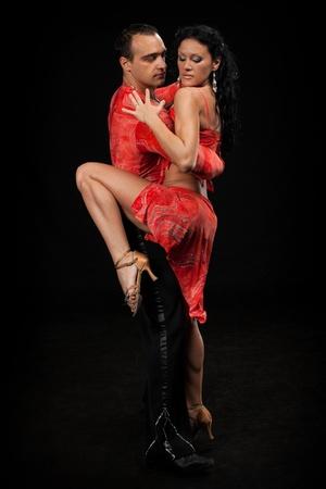 Dansen jong koppel op een zwarte achtergrond.