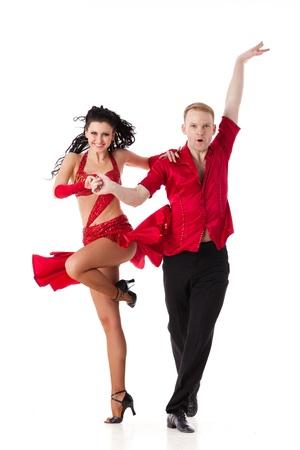 Dansende jonge paar op een witte achtergrond.