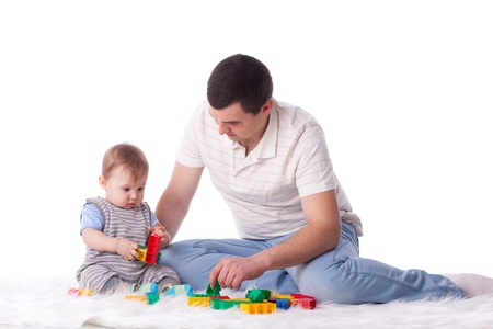 Vader met kleine baby te spelen op een witte achtergrond.