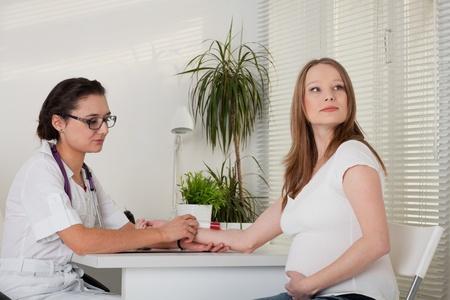Берут кровь беременных