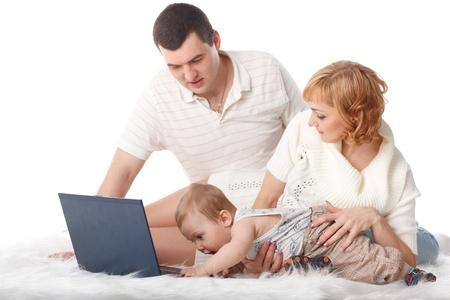 Glückliche Familie mit Notebook auf einem weißen Hintergrund.