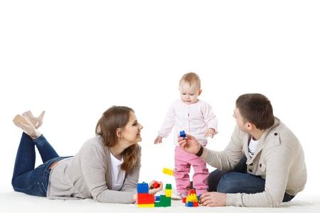 Gelukkig gezin met lieve baby te spelen op een witte achtergrond.