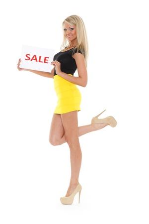 Jonge mooie vrouw met verkoop teken op een witte achtergrond Stockfoto