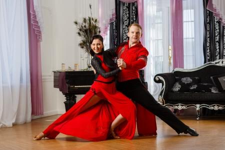 Dansende jonge paar in de kamer.