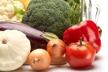 coliflor: verduras frescas en un fondo blanco.