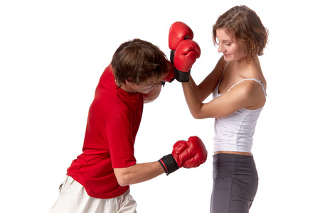 venganza: Pareja deportivo en rojo combates guantes sobre un fondo blanco.