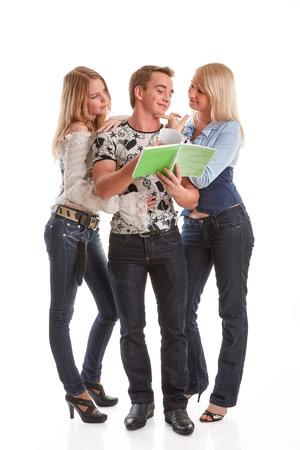 spolužák: Mladý muž a dvě dívky s knihami stojí na bílém pozadí.