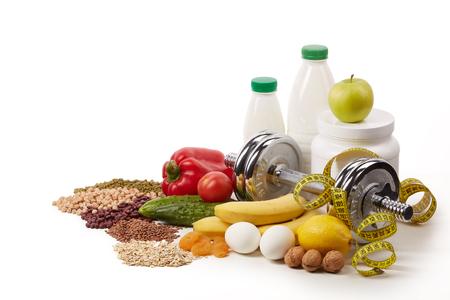 Nutrizione sportiva (integratori), cibo sano e manubri isolati su uno sfondo bianco. Concetto di fitness, sport e stile di vita sano. Archivio Fotografico - 98365822
