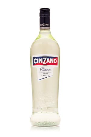 San Petersburgo, Rusia - Febrero de 2019 - Botella de vermú italiano Cinzano Bianco sobre un fondo blanco con reflexión. Auténtica tradición italiana