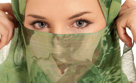 Joven mujer árabe con velo mostrando sus ojos aislados sobre fondo blanco.  Foto de archivo - 7362127